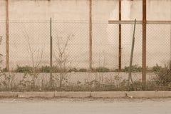Metalliskt staket av en övergiven byggnad royaltyfria bilder
