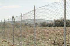 Metalliskt staket i fältet royaltyfria bilder