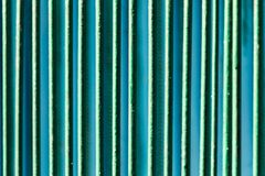 Metalliskt staket som målas med grön målarfärg som en bakgrund Royaltyfri Foto