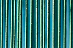 Metalliskt staket som målas med grön målarfärg som en bakgrund arkivbilder