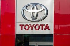Metalliskt Toyota logo och tecken Arkivbilder
