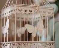 Metallkäfig mit weißem Schmetterling für Dekoration stockfoto