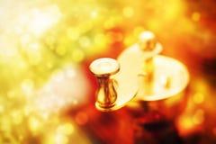 Metallkaffeemühlgriff auf dem abstrakten Hintergrund, einfarbig Stockfoto