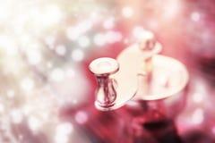 Metallkaffeemühlgriff auf einem bunten abstrakten Hintergrund Stockfotografie