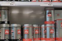 Metallkanistrar av illy kaffebönor royaltyfria foton