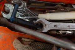 Metallkasten mit Werkzeugen nach innen Stockfotos
