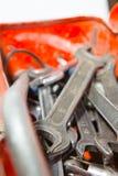 Metallkasten mit Werkzeugen nach innen Lizenzfreie Stockfotos