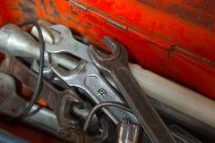 Metallkasten mit Werkzeugen nach innen Lizenzfreies Stockfoto