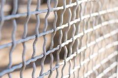 Metallkedja-sammanlänkning staket på en bakgrundsnärbild royaltyfria foton