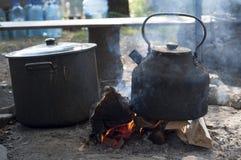 Metallkessel, der auf dem Feuer kocht Lizenzfreie Stockfotografie
