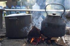 Metallkessel, der auf dem Feuer kocht Stockbild