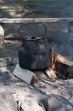 Metallkessel, der auf dem Feuer kocht Stockfotos