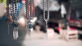 Metallketten und -anhänger, die in Ternate verkaufen stock footage