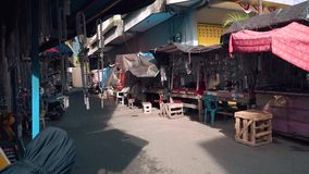 Metallketten und -armbänder, die in Ternate verkaufen stock video