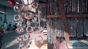 Metallketten und -armbänder, die in Ternate verkaufen stock footage