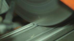 Metallklipp med cirkelsågen i fabrik arkivfilmer