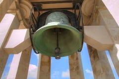 Metallklocka som hängs i ett torn Royaltyfri Bild