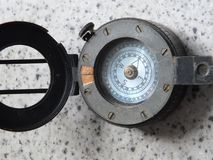 Metallkompass för tappning WW2 med det öppna locket fotografering för bildbyråer