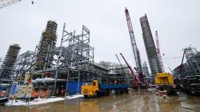 Metallkonstruktion av den framtida växten Industriell zon, utrustningen av olje- förädling, närbild av industriella rörledningar Royaltyfri Foto
