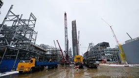 Metallkonstruktion av den framtida växten Industriell zon, utrustningen av olje- förädling, närbild av industriella rörledningar Arkivfoto