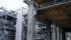 Metallkonstruktion av den framtida växten Industriell zon, utrustningen av olje- förädling, närbild av industriella rörledningar Fotografering för Bildbyråer