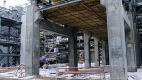 Metallkonstruktion av den framtida växten Industriell zon, utrustningen av olje- förädling, närbild av industriella rörledningar Arkivbild