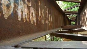 Metallkonstruktion i ett övergett ställe stock video
