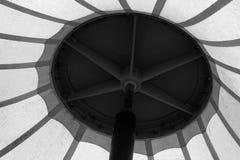Metallkonstruktion och taket av ett stort tält arkivbild
