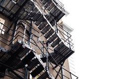 Metallkonstruktion på byggnaden Brandtrappa på den gamla byggnaden Grodaperspektiv på den stora gamla byggnaden med metalltrappa Arkivfoto