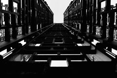 Metallkonstruktion, små svarta fyrkanter, trappa till himlen royaltyfri illustrationer