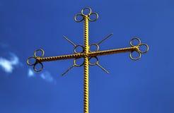 Metallkors på blå himmel royaltyfria bilder