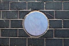 Metallkreis auf Ziegelsteinhintergrund Lizenzfreies Stockfoto