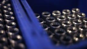 Metallkubbar som lagras i lager Metalldelar som lagras i lager Maskindel lager videofilmer