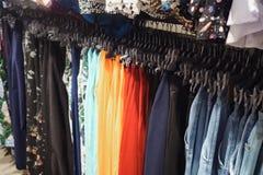 Metallkuggen med hängare av färgrik trendig byxa i samtida shoppar royaltyfri bild