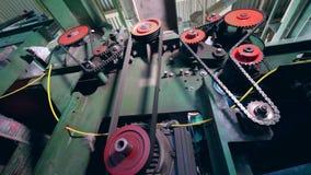 Metallkugghjul fungerar på en maskin på en textilväxt stock video