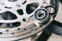 Metallkullager på motorcykelskivabroms royaltyfri bild
