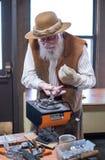 Metallkunstdemonstration mit älterem Künstler lizenzfreies stockfoto