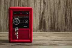 Metalllås Toy Box Bank Safe med design för kassettspelare Royaltyfri Bild