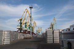 Metallladen im Hafen Stockfotografie