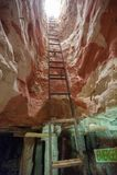 Metallleiteraufstieg aus einem Opalbergwerk heraus lizenzfreies stockbild