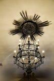 Metallleuchter in einer Kirche Stockfoto