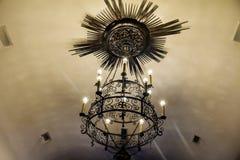 Metallleuchter in einer Kirche Lizenzfreie Stockfotos