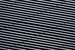 Metalllufthålraster med skeva parallella linjer Arkivfoton