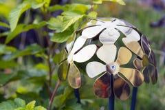 Metalllykta med blom- design i grön trädgård arkivbilder
