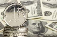 Metallmünzen auf Dollarhintergrund Lizenzfreie Stockbilder