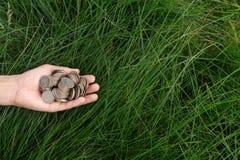 Metallmünzen in der Hand eines Mannes Stockfotos