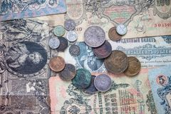 Metallmünzen und Papierbanknoten von verschiedenen Ländern lizenzfreies stockfoto