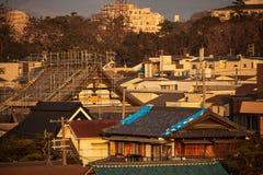Metallmaterial till byggnadsställning för takreparationer på den traditionella japanska templet royaltyfria foton