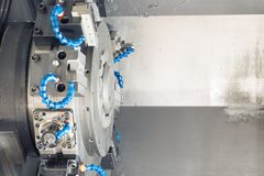 Metallmellanrum som bearbetar med maskin process på drejbänken med hjälpmedel och kylmedlet på ståltillverkning Royaltyfri Foto