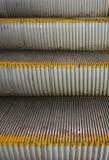 Metallmoment av en rulltrappa fotografering för bildbyråer